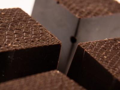 Praline cu ciocolata amaruie si crema de biscuiti